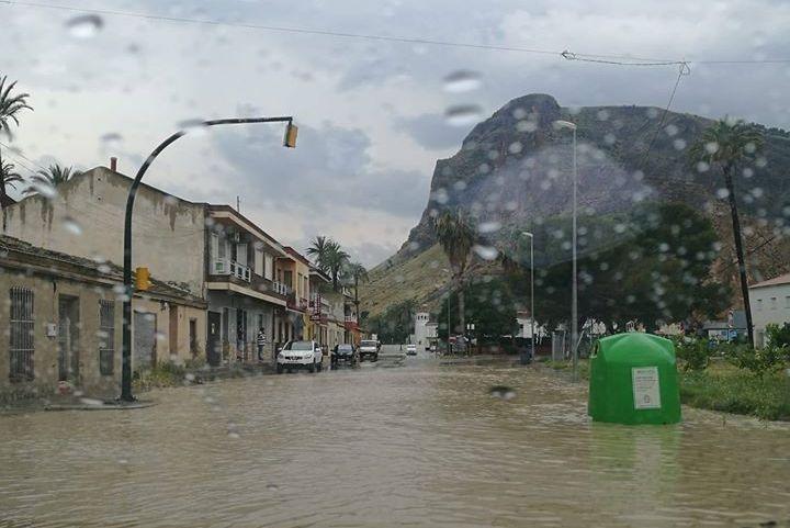 El nivel del agua por la lluvia obliga a cortar varios accesos a Orihuela 6