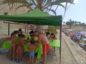 Talleres de reciclaje de plásticos para los más pequeños en las playas oriolanas 7