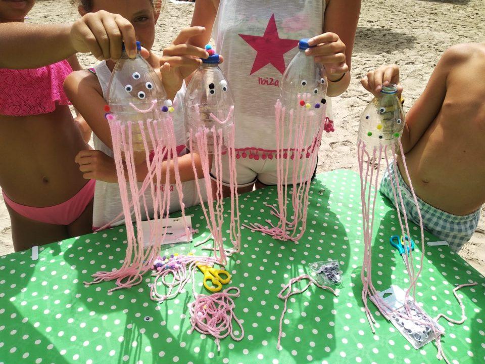 Talleres de reciclaje de plásticos para los más pequeños en las playas oriolanas 6