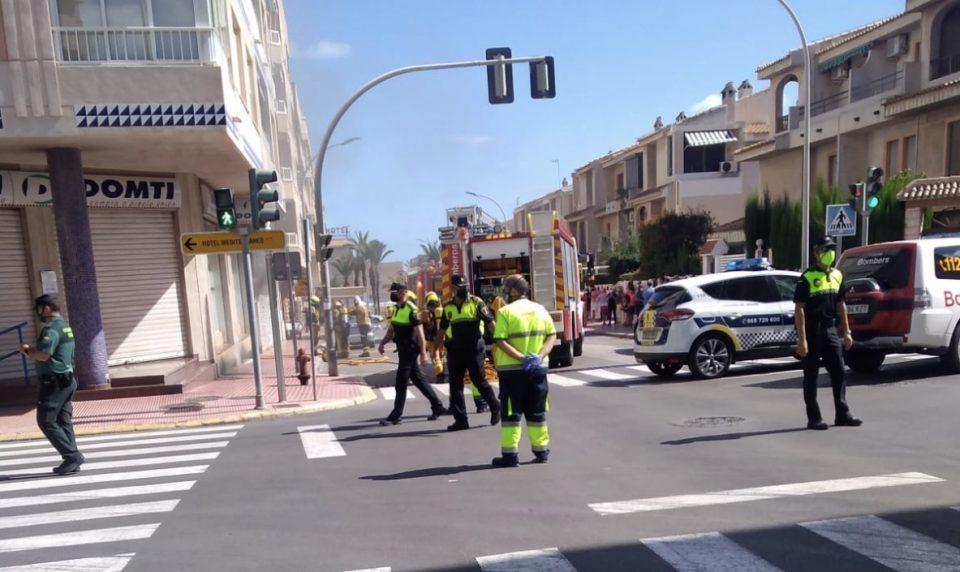 Los Bomberos sofocan el incendio de un vehículo en un parking de Guardamar 6