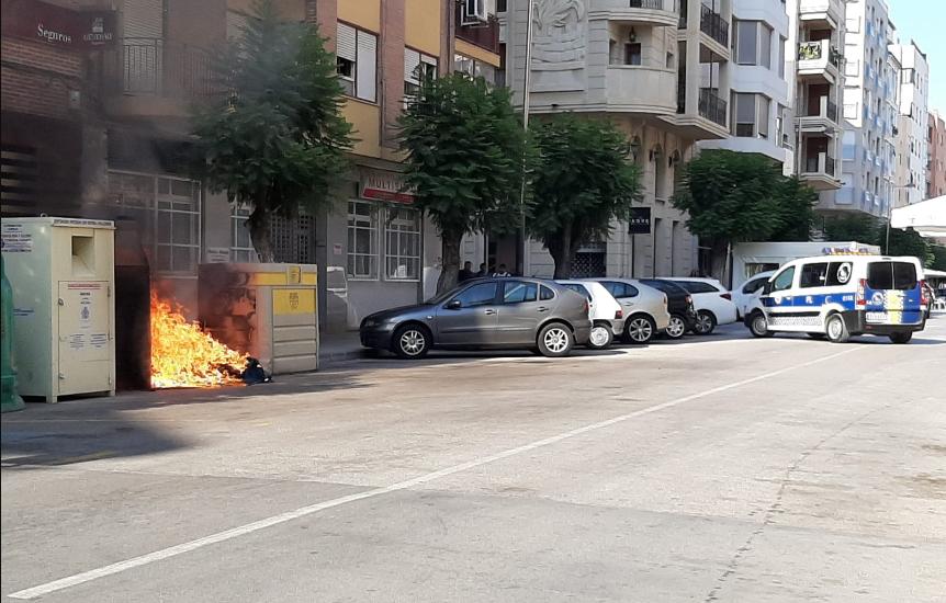 Fuego intencionado en dos contenedores de Orihuela 6