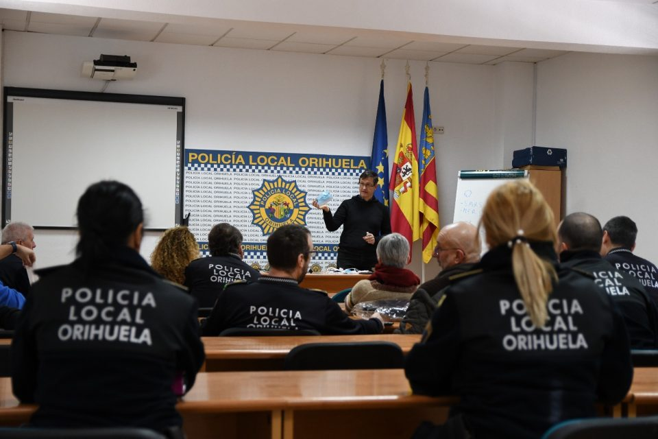La Policía Local de Orihuela recibe una charla sobre el coronavirus 6