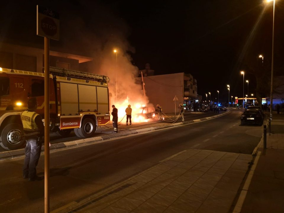 Una furgoneta se incendia en Desamparados 6