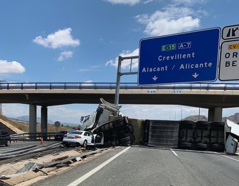 El vuelco de un camión obliga a cortar al tráfico la A7 por Orihuela 6