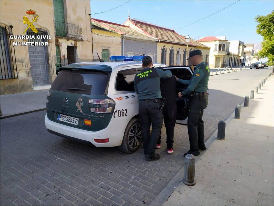 La Guardia Civil detiene a un hombre en Bigastro por tráfico de droga al menudeo 6