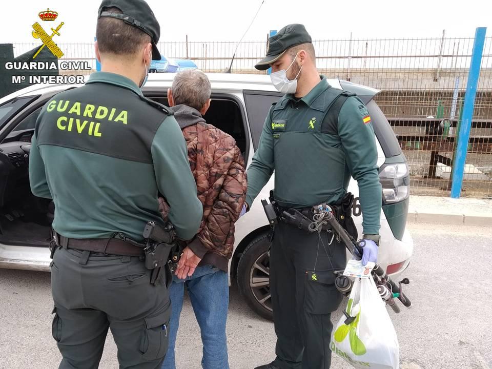 La Guardia Civil detiene en Torrevieja a un hombre mientras pescaba 6