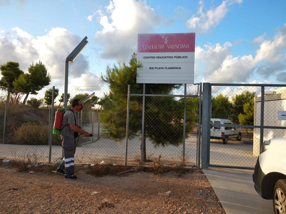 Orihuela intensifica la desinfección ante el COVID en los accesos a los centros educativos 6