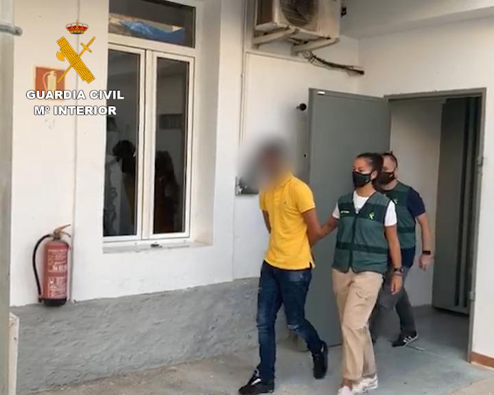 La Guardia Civil detiene a tres hombres por estafa con un centro de operaciones en Almoradí 6