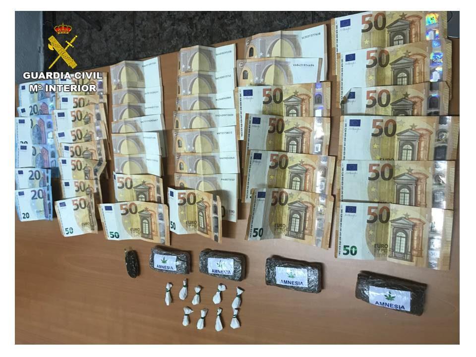 Detenidos dos hombres en Catral por portar más de 220 gramos de droga en el coche 6