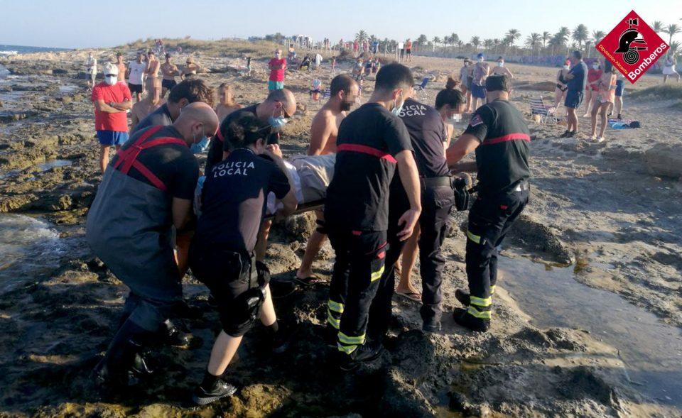 Los Bomberos rescatan una pequeña embarcación en la cala Ferri de Torrevieja 6