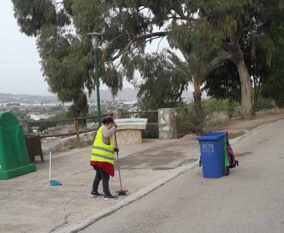 Redován contrata a desempleados para el mantenimiento del área recreativa de la Ermita 6