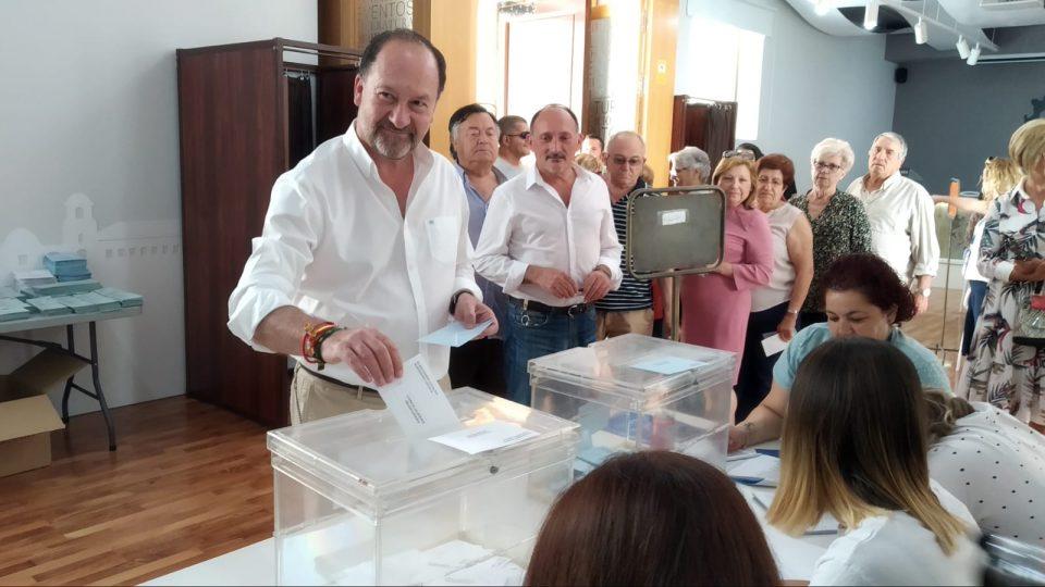 Bascuñana anima a la participación tras depositar su voto 6