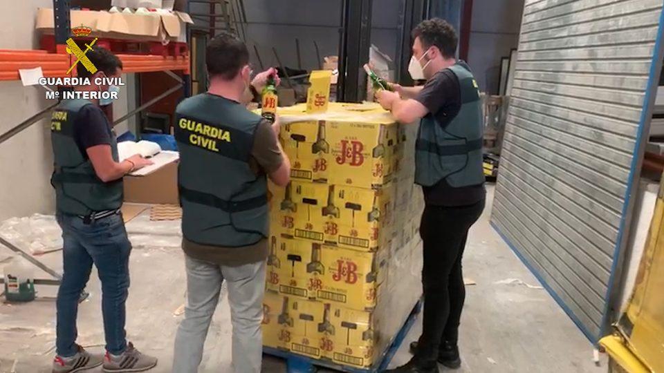 Detenidos dos estafadores por la compra de 28.000 € en whisky 6