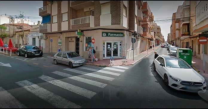 Un ladrón sustrae el dinero de la caja de una farmacia de Torrevieja 6