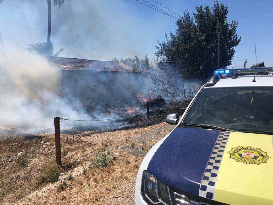 Una rápida actuación de los bomberos controla un incendio en la Carretera del Hondo 6