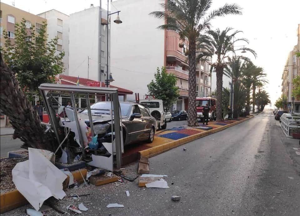 Un vehículo daña cuatro coches y choca contra una palmera y un mupi en Torrevieja 6