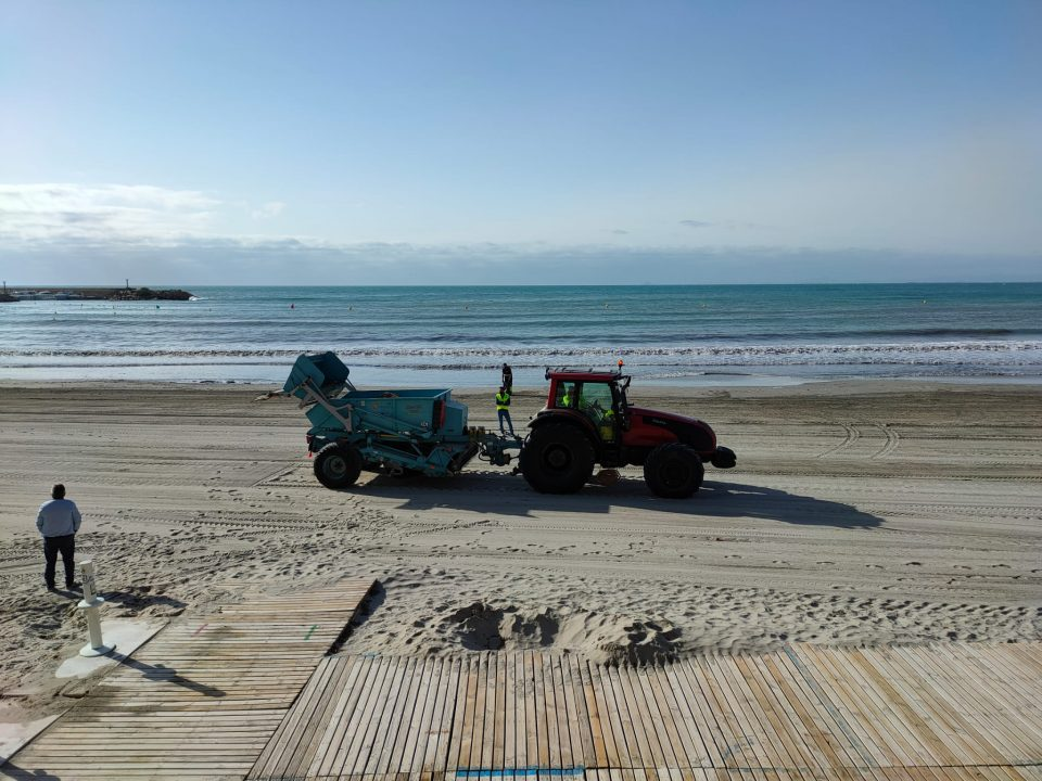 Orihuela intensifica la limpieza de playas y paseos marítimos 6