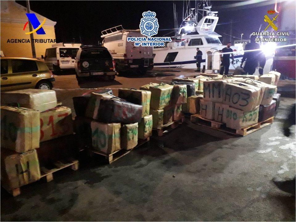Rescatados y detenidos en Torrevieja cargados de fardos de hachís en un barco 6