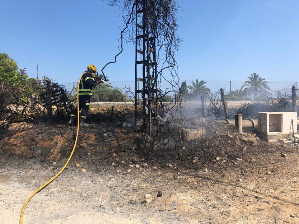 Los bomberos extinguen varios incendios en Guardamar 6