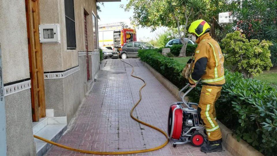 Fuego en la cocina de una vivienda en La Mata 6