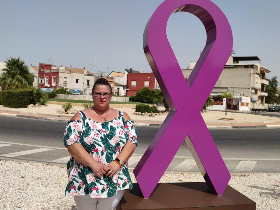 Dolores inaugura una escultura en recuerdo a las víctimas de violencia machista 6
