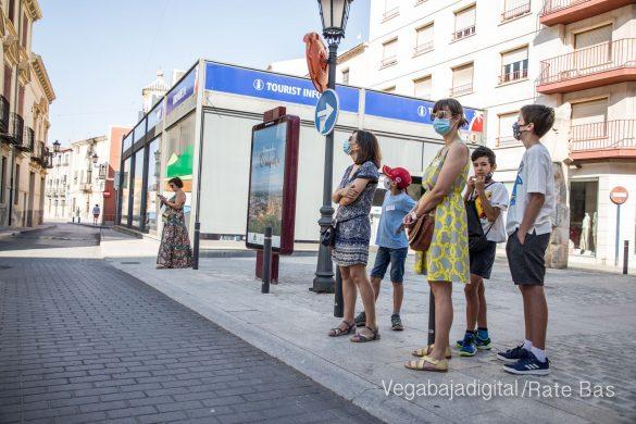 Espectadores con mascarillas para contemplar el misterio de la lechuza en Orihuela 7
