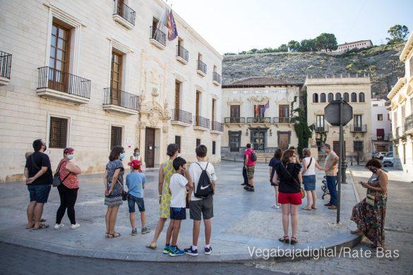 Espectadores con mascarillas para contemplar el misterio de la lechuza en Orihuela 9