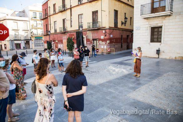 Espectadores con mascarillas para contemplar el misterio de la lechuza en Orihuela 10