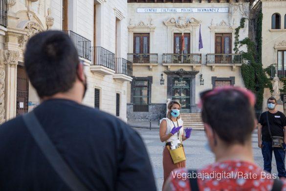 Espectadores con mascarillas para contemplar el misterio de la lechuza en Orihuela 13