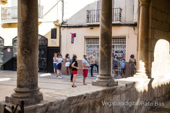Espectadores con mascarillas para contemplar el misterio de la lechuza en Orihuela 18