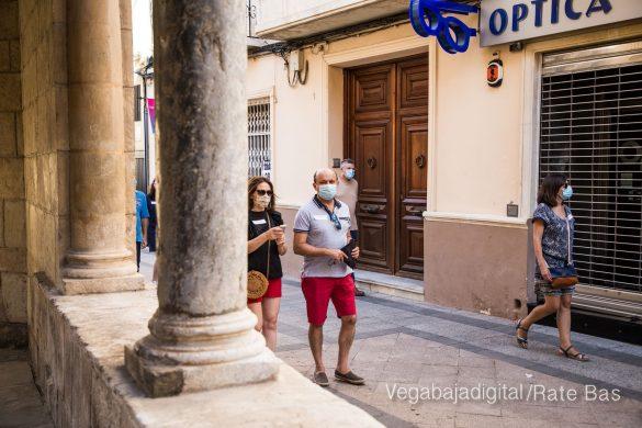 Espectadores con mascarillas para contemplar el misterio de la lechuza en Orihuela 19