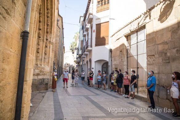 Espectadores con mascarillas para contemplar el misterio de la lechuza en Orihuela 20