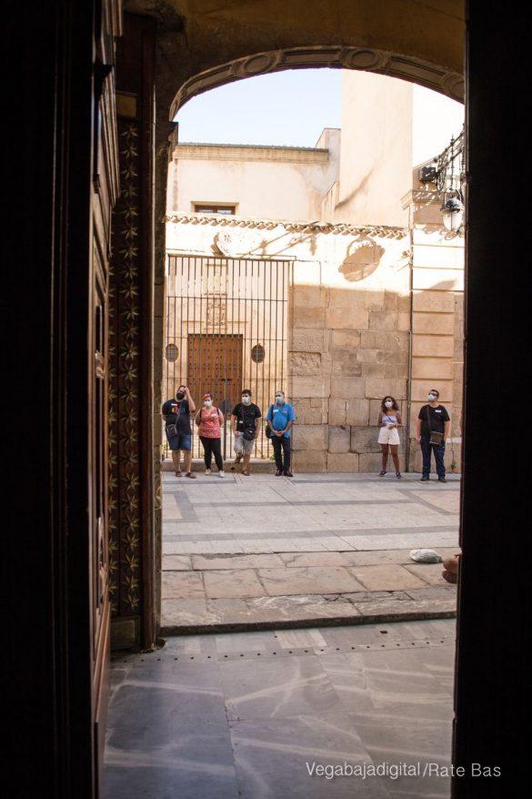 Espectadores con mascarillas para contemplar el misterio de la lechuza en Orihuela 23