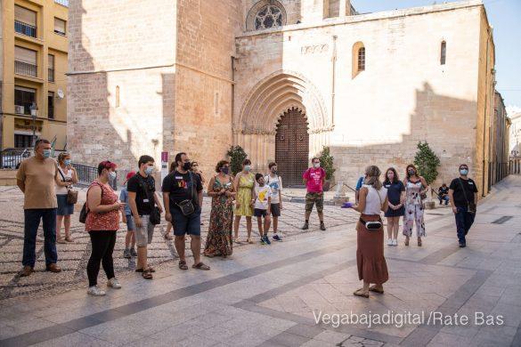 Espectadores con mascarillas para contemplar el misterio de la lechuza en Orihuela 28