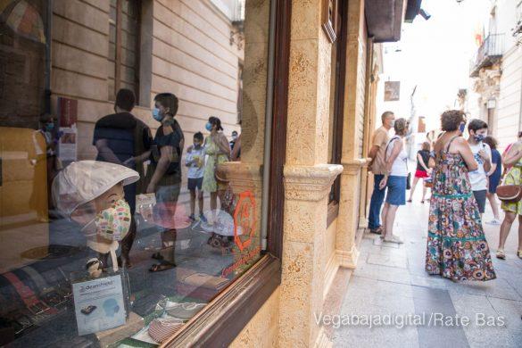 Espectadores con mascarillas para contemplar el misterio de la lechuza en Orihuela 29