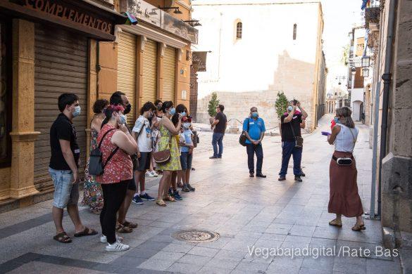 Espectadores con mascarillas para contemplar el misterio de la lechuza en Orihuela 30