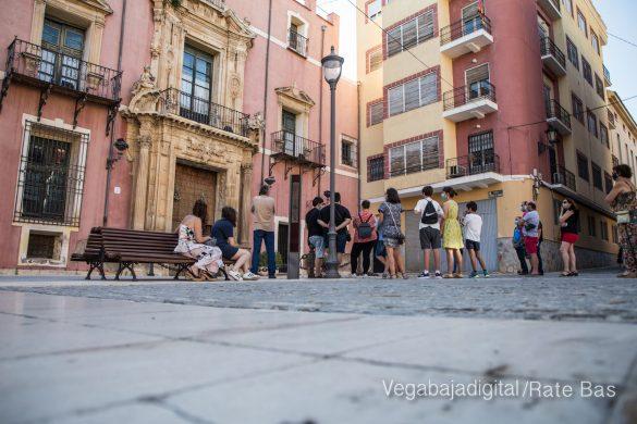 Espectadores con mascarillas para contemplar el misterio de la lechuza en Orihuela 33