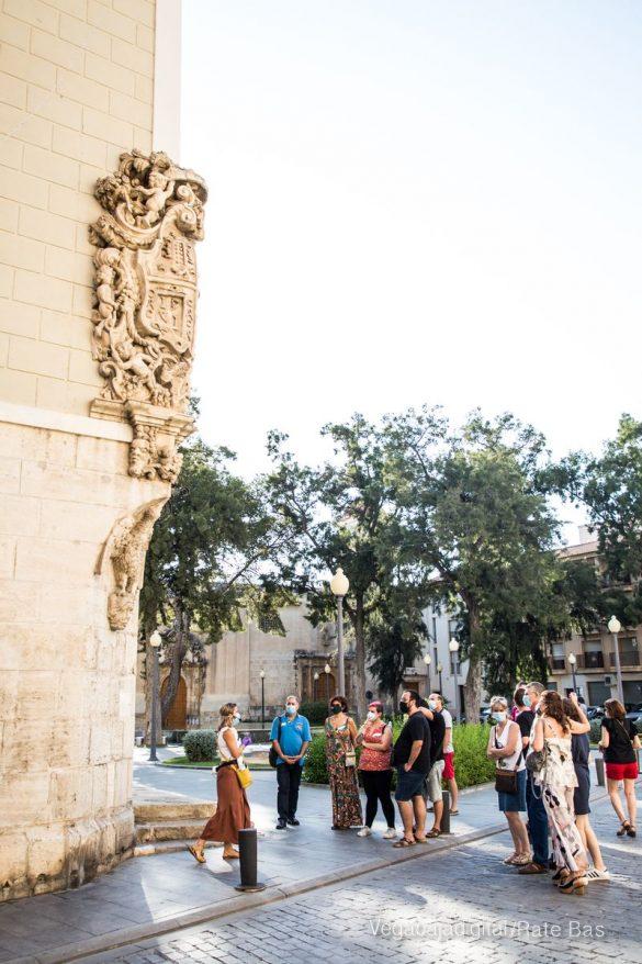 Espectadores con mascarillas para contemplar el misterio de la lechuza en Orihuela 35
