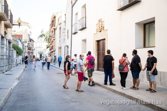 Espectadores con mascarillas para contemplar el misterio de la lechuza en Orihuela 41