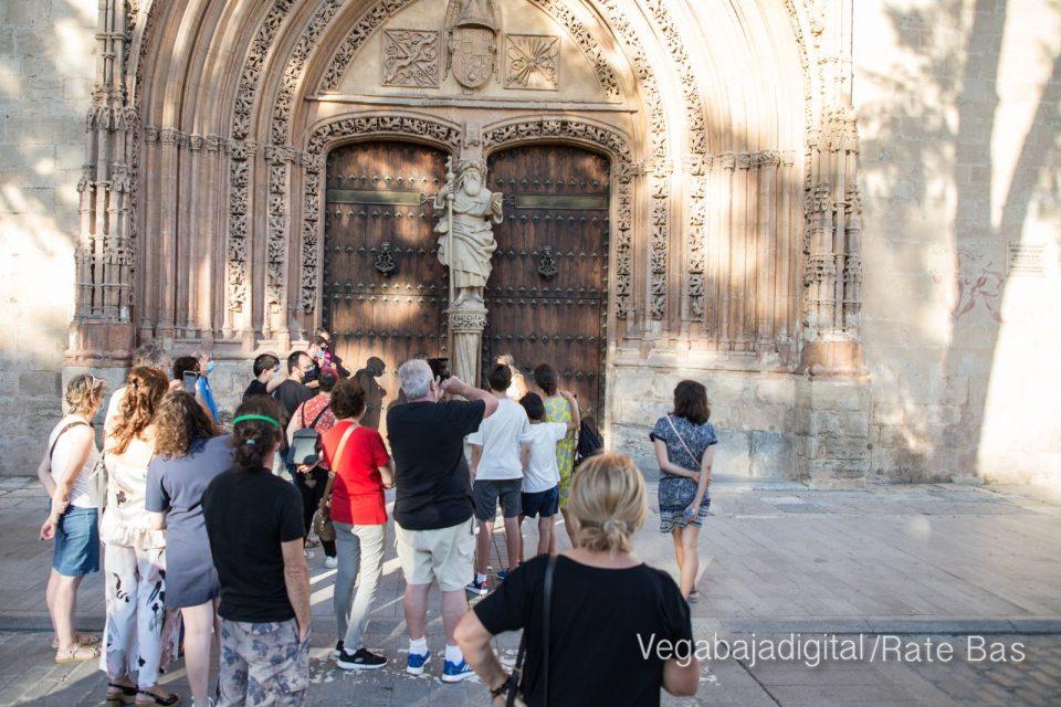 Espectadores con mascarillas para contemplar el misterio de la lechuza en Orihuela 6
