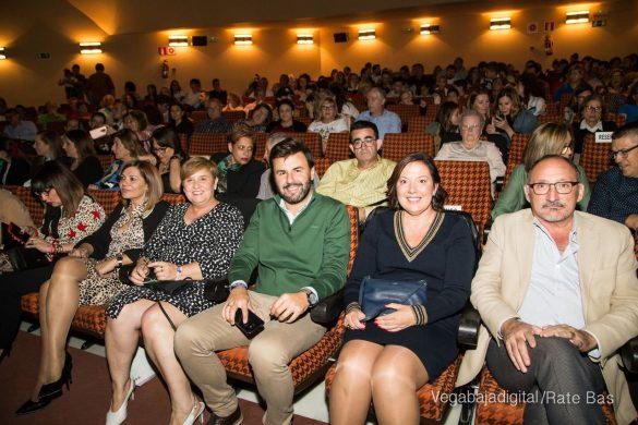 Éxito en la presentación del calendario solidario de AECC Orihuela 20