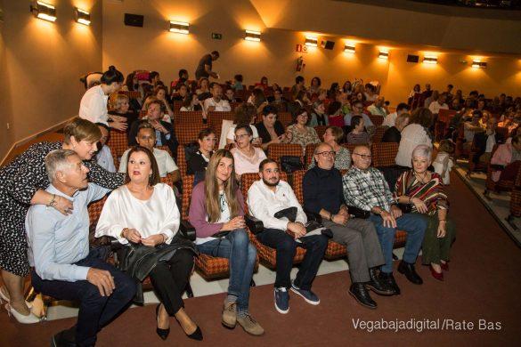 Éxito en la presentación del calendario solidario de AECC Orihuela 35