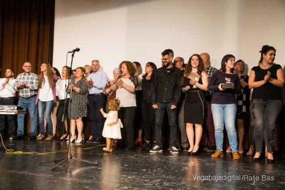 Éxito en la presentación del calendario solidario de AECC Orihuela 102