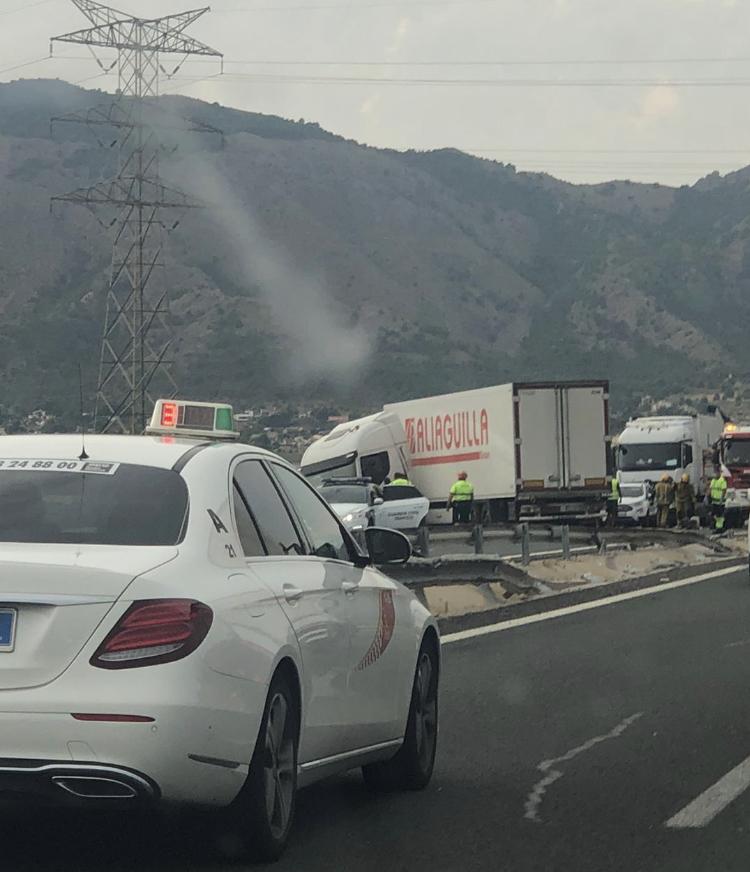 Un camión se salta la mediana en la A-7 y bloquea el tráfico entre Redován y Orihuela 6