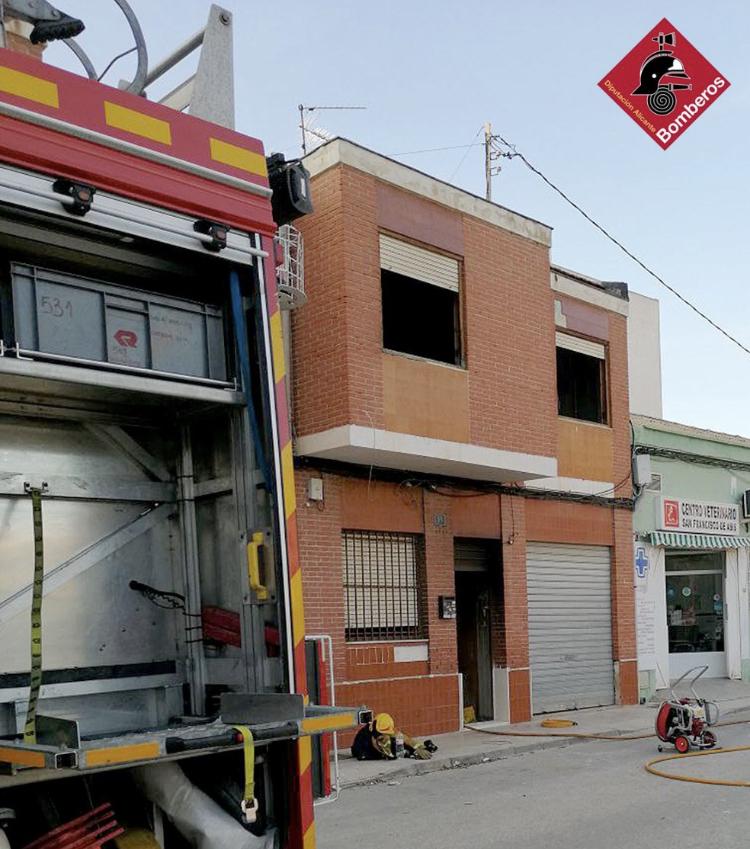 El viento complica la extinción de un incendio en una vivienda de Albatera 6
