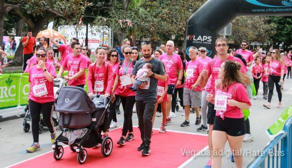 La solidaridad rosa gana la carrera contra el cáncer 99