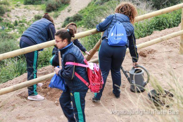 Los escolares de Orihuela reforestan el monte de San Miguel 21