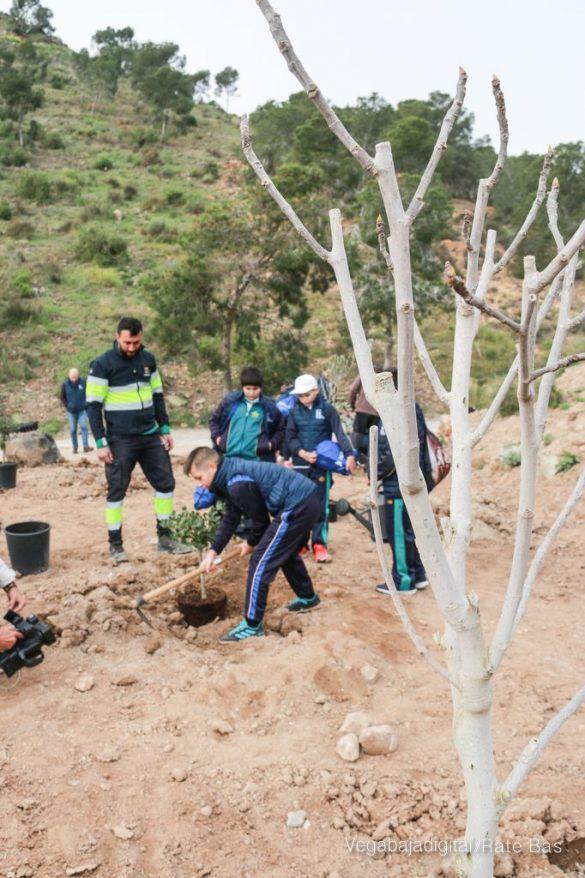 Los escolares de Orihuela reforestan el monte de San Miguel 30