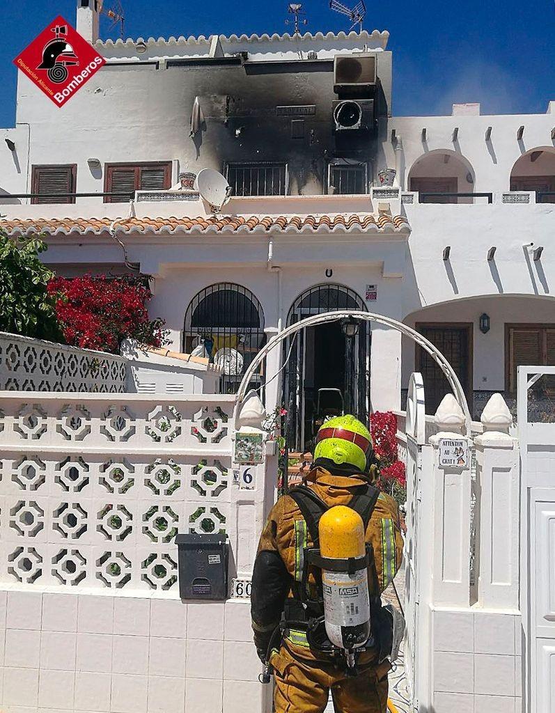 Un incendio arrasa parte de una vivienda en Torrevieja 6