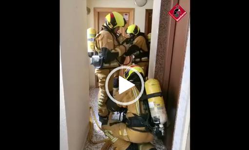 Los bomberos intervienen en un incendio en una vivienda de Torrevieja 6